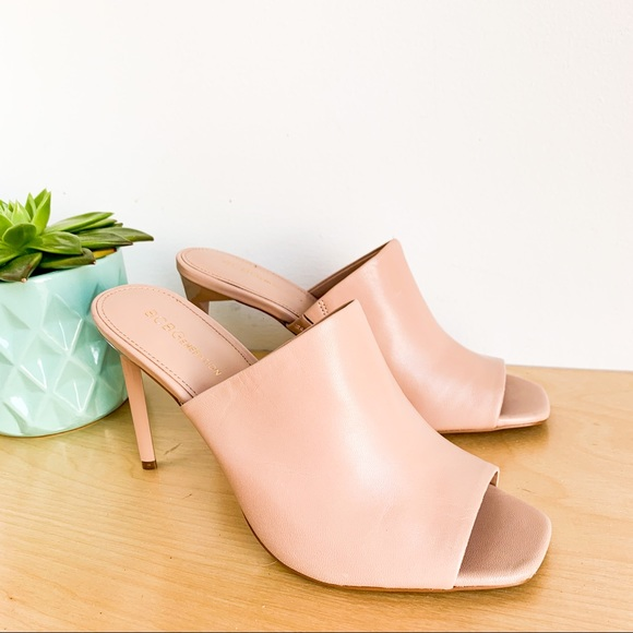 ✨ BCBGeneration ✨ Pink Nude Leather Pumps